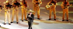 VICENTE FERNANDEZ SE EQUIVOCA AL CANTAR EL HIMNO NACIONAL